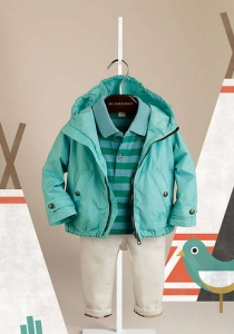 abrigo azul percha